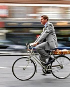 bike homem bicicleta 1 280x350 - Andar de bicicleta emagrece, traz bem-estar e faz bem para a saúde
