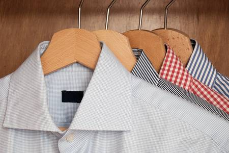 4af7dd337 camisas penduradas. camisas penduradas. As camisas sociais estão numeradas  ...