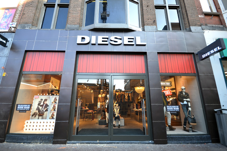 502d0988144c8 - Desfile Diesel Black Gold - Calças cheias de estilo
