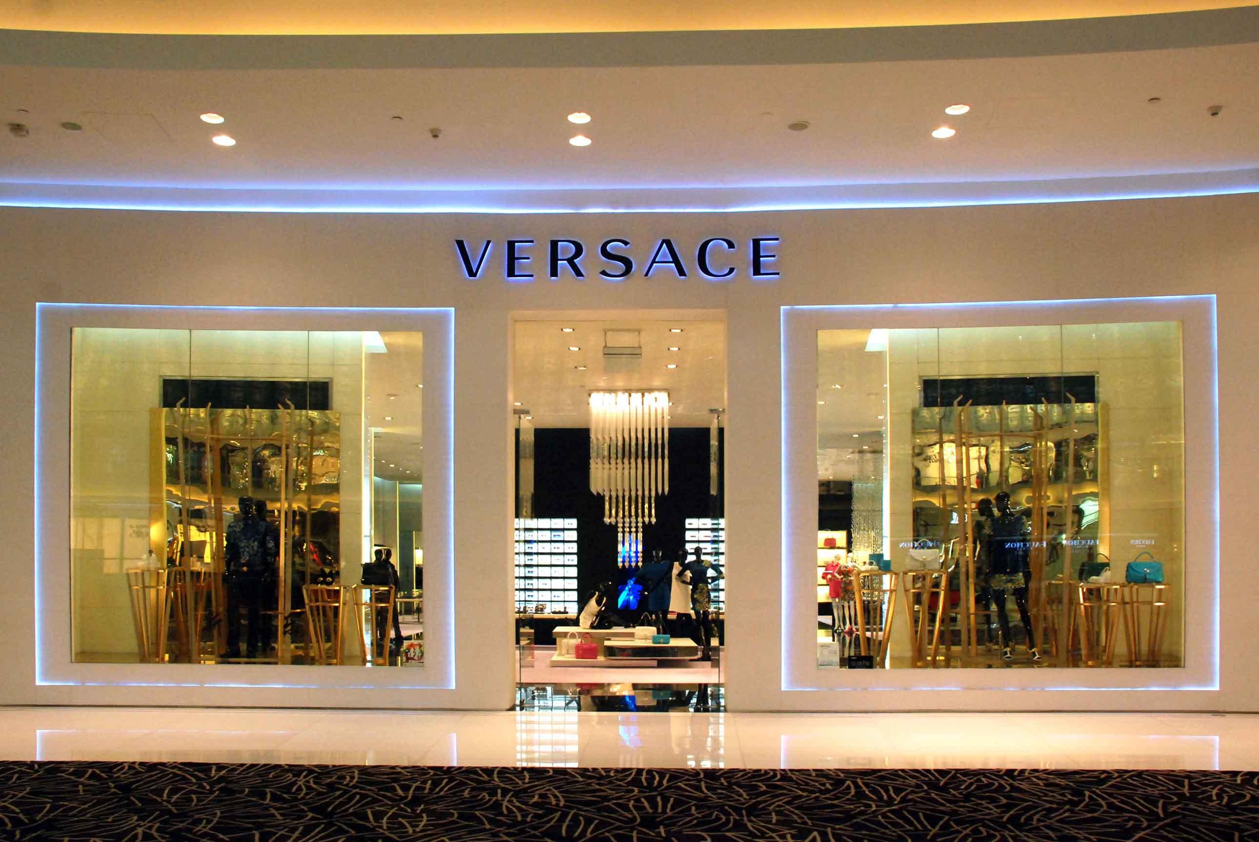 Versace 1 tcm87 25675 - Versace  brinca com o