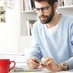 """homem trabalha computador laptop caras alexandre taleb 150x150 - Amaury Jr apoia lançamento do livro """"Imagem Masculina"""" de Alexandre Taleb"""