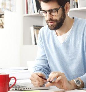 homem trabalha computador laptop caras alexandre taleb 280x300 - É importante investir na presença online para a imagem pessoal?
