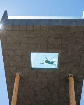 alpin panorama hotel hubertus skypool von unten  23 280x350 - Hotel na Itália tem piscina transparente a 12 metros de altura