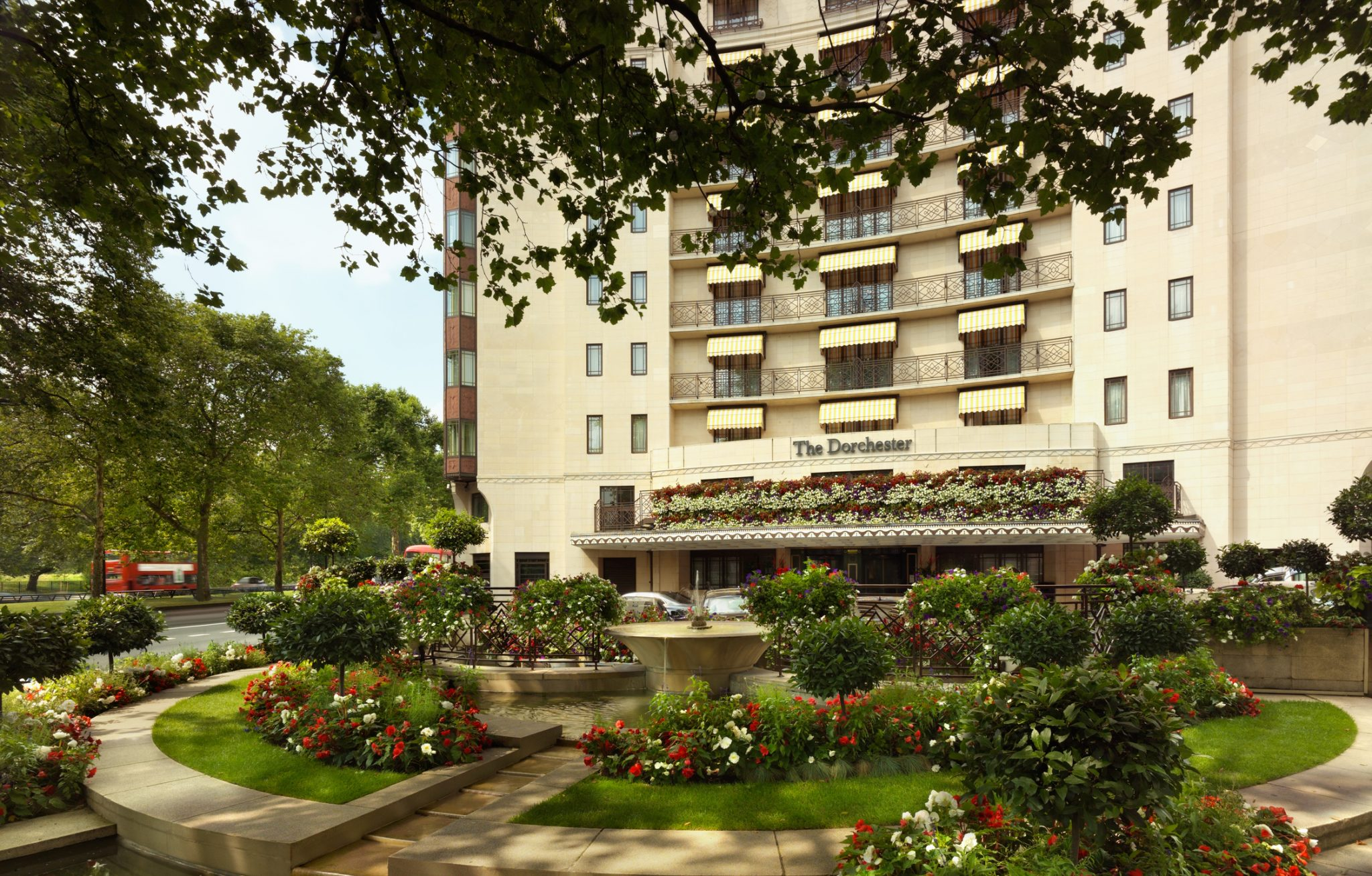 h0bms 68677066 the dorchester   exterior landscape high res - Hotel The Dorchester terá área especial no Chelsea Flower Show 2018