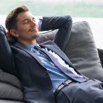 homem de sorriso com maos atras da cabeca dozing no sofa 1262 1986 150x150 - Como tratar uma mulher