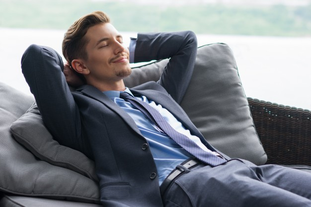 homem de sorriso com maos atras da cabeca dozing no sofa 1262 1986 - Para sentir-se melhor, durma melhor