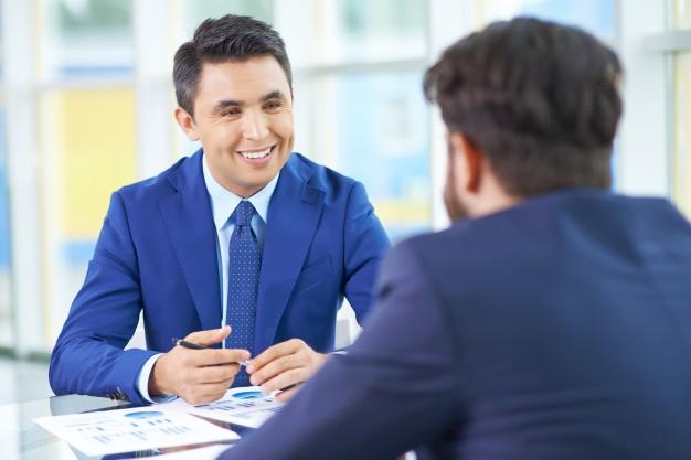 homem na entrevista de emprego sorrindo