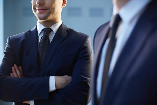 homem de terno confiante antes da entrevista de emprego